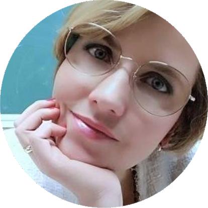 Twarz Sylwi Chrbałowska patrzącej przez okulary