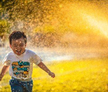 biegnący uśmiechnięty chłopiec